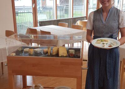 Christina Schneeberger präsentiert den Käsewagen und ihren Käseteller